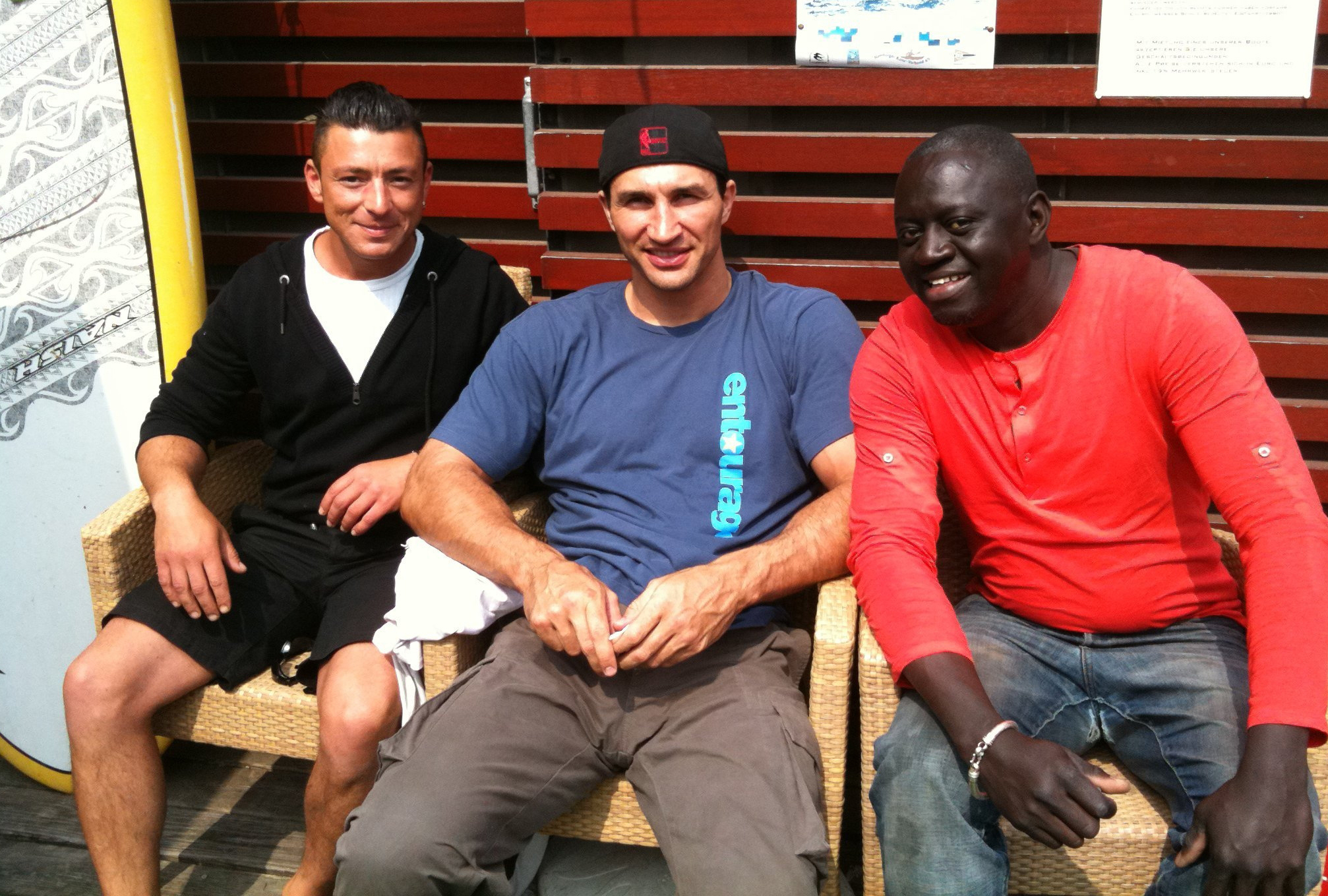 Wladimir Klitschko mit den Stations Chiefs Sarjo (re) und Bekir (li)
