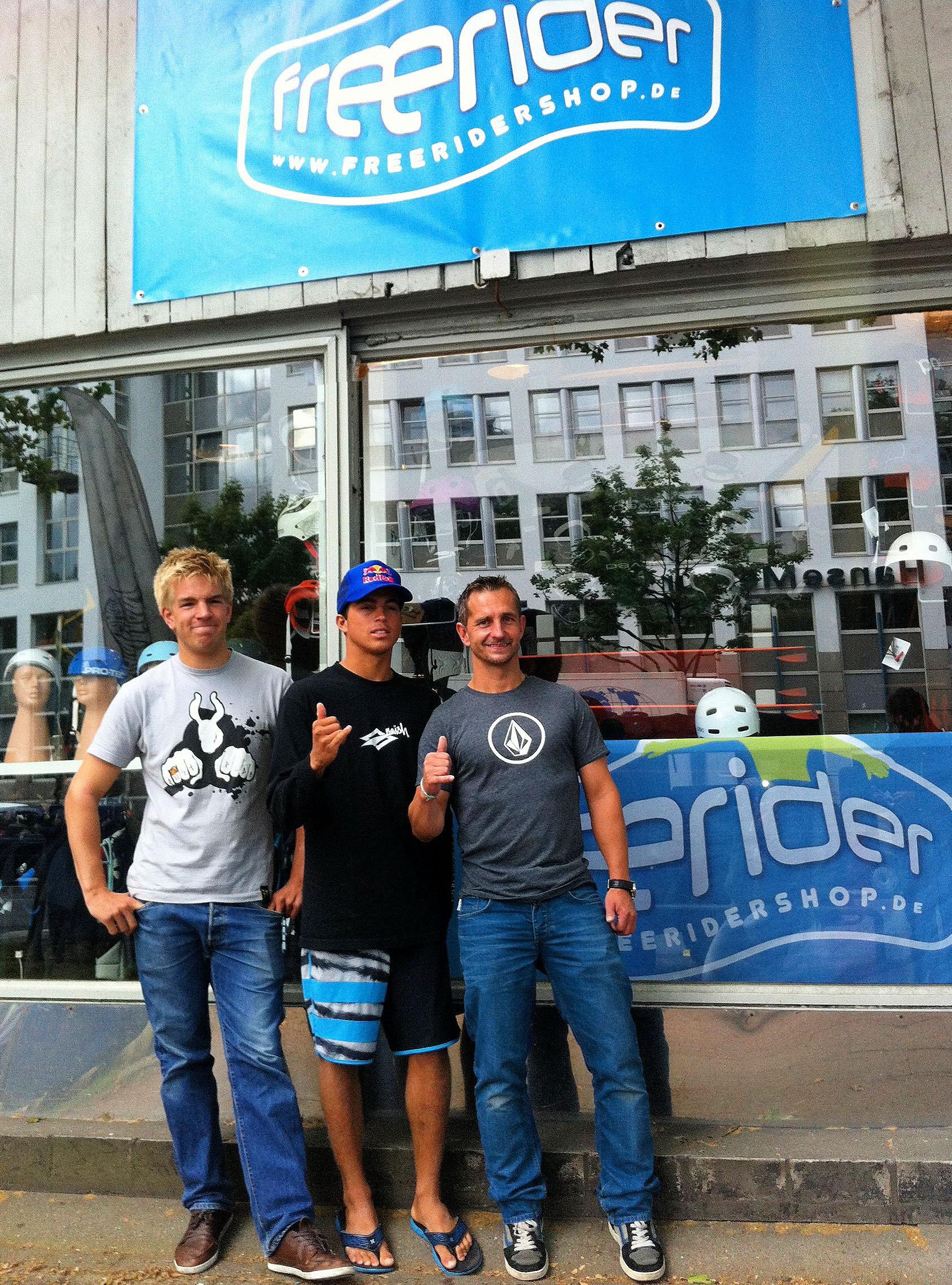Kai Lenny im Freerider Hamburg mit Christian und Finn