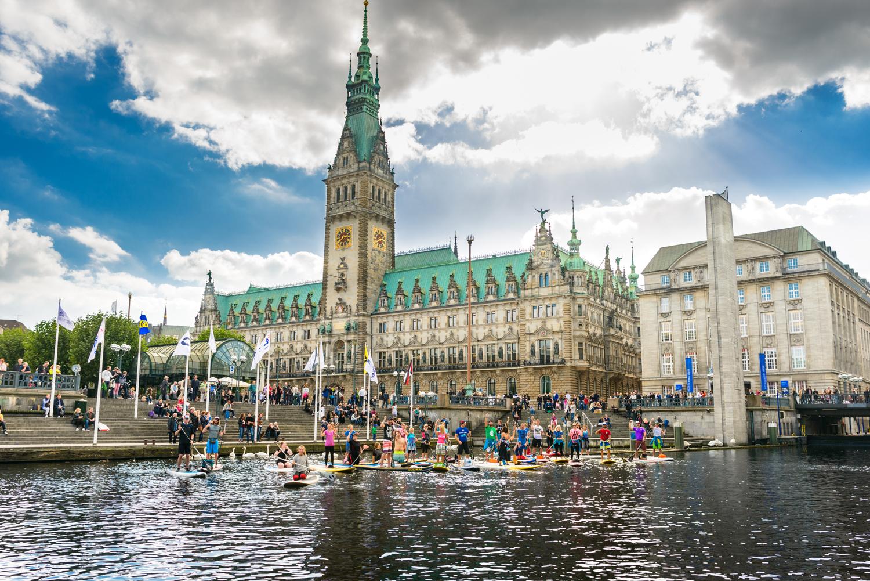 Live Love SUP Spendenaktion Hamburg Rathaus